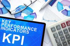 Tableta con los indicadores de rendimiento clave, KPI, gráficos Imagen de archivo libre de regalías