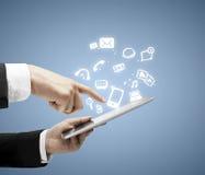 Tableta con medios símbolo social fotografía de archivo