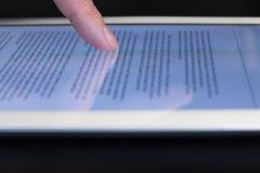 Tableta conmovedora del finger del movimiento en sentido vertical del primer Imagen de archivo libre de regalías