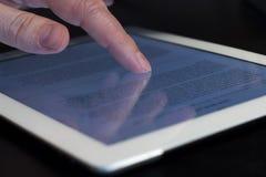 Tableta conmovedora del finger del movimiento en sentido vertical del primer Fotos de archivo libres de regalías