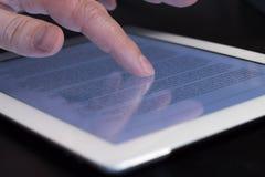 Tableta conmovedora del finger del movimiento en sentido vertical del primer Fotografía de archivo