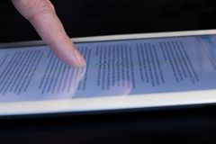 Tableta conmovedora del finger del movimiento en sentido vertical del primer Imagenes de archivo