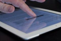 Tableta conmovedora del finger del movimiento en sentido vertical del primer Fotos de archivo