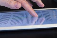 Tableta conmovedora del finger del movimiento en sentido vertical del primer Imágenes de archivo libres de regalías