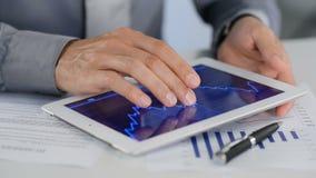 Tableta de Analysing Growth With del hombre de negocios almacen de video