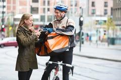 Tableta de Delivery Man Showing Digital del mensajero a Imágenes de archivo libres de regalías