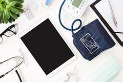 Tableta de Digitaces con la máquina de la presión arterial y el otro Ins médico Imágenes de archivo libres de regalías