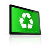 Tableta de Digitaces con un símbolo de reciclaje en la pantalla ambiente Fotos de archivo libres de regalías