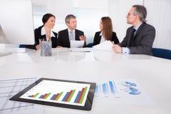 Tableta de Digitaces en Front Of Businesspeople fotografía de archivo libre de regalías