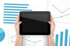 Tableta de Digitaces y gráficos financieros fotografía de archivo