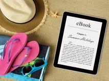 Tableta de EBook en la playa Imagen de archivo libre de regalías