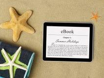 Tableta de EBook en la playa Imágenes de archivo libres de regalías