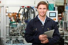 Tableta de In Factory Holding Digital del ingeniero Imagen de archivo libre de regalías