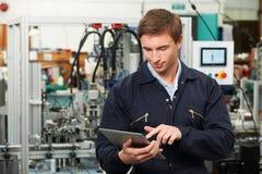 Tableta de In Factory Using Digital del ingeniero Foto de archivo