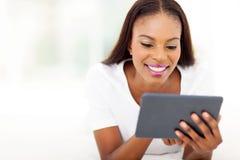 Tableta de la mujer negra fotografía de archivo libre de regalías