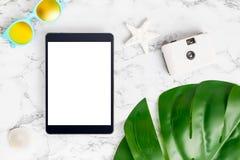 Tableta de la pantalla en blanco en la opinión de sobremesa de mármol con el summe Imágenes de archivo libres de regalías