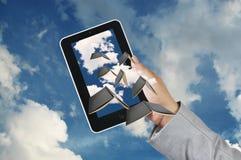 Tableta de la pantalla táctil del control de la mano del hombre de negocios Foto de archivo libre de regalías
