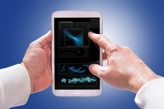Tableta de la pantalla táctil en manos Imagen de archivo