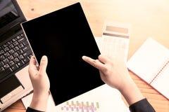 Tableta de la tenencia de la mano de la empresaria y informe de negocios el analizar, Fotos de archivo libres de regalías