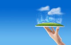 tableta de la tenencia de la mano del hombre de negocios con bosquejos del dibujo de la construcción Foto de archivo libre de regalías
