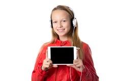 Tableta de la tenencia de la muchacha con la pantalla en blanco Imagen de archivo libre de regalías
