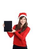 Tableta de la tenencia de la muchacha de Santa Claus Christmas Asian Fotografía de archivo
