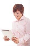 Tableta de la tenencia de la mujer de negocios con el panel táctil. Imágenes de archivo libres de regalías