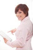 Tableta de la tenencia de la mujer de negocios con el panel táctil. Fotografía de archivo