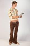 Tableta de la tenencia de la mujer - tiro lleno del cuerpo Imagen de archivo libre de regalías