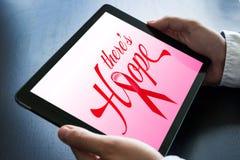 Tableta de la tenencia del doctor con diseño de concepto de la esperanza del cáncer Foto de archivo