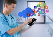 Tableta de la tenencia del doctor con los apps en pasillo moderno imágenes de archivo libres de regalías