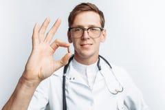 Tableta de la tenencia del doctor de la mano, primer, fondo blanco, para hacer publicidad, inserción del texto fotografía de archivo