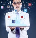 Tableta de la tenencia del hombre con medios símbolos sociales Imagen de archivo libre de regalías