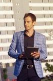 Tableta de la tenencia del hombre joven a disposición Fotografía de archivo libre de regalías