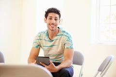 Tableta de In Office Using Digital del hombre de negocios Fotografía de archivo libre de regalías
