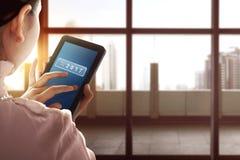 Tableta de tacto asiática de la mujer de negocios con el número 2017 Foto de archivo
