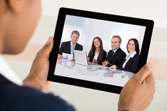 Tableta de Video Conferencing On Digital de la empresaria imágenes de archivo libres de regalías