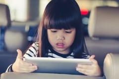 Tableta del juego del niño en coche Foto de archivo libre de regalías