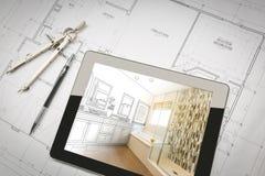 Tableta del ordenador con el diseño principal del cuarto de baño sobre planes de la casa imagenes de archivo