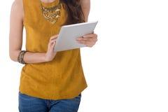 Tableta del ordenador del control de la mujer de negocios aislada en el fondo blanco Imagen de archivo