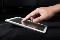 Tableta del ordenador del uso de la mano Fotografía de archivo
