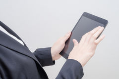 Tableta del ordenador del uso de la mano Fotos de archivo libres de regalías