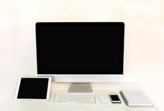 Tableta del ordenador y teléfono móvil con la pantalla negra en blanco Fotos de archivo