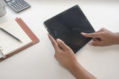 Tableta del uso de la mano Foto de archivo libre de regalías
