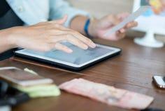 Tableta del uso de la mano para hacer compras concepto en línea o moderno del negocio fotos de archivo libres de regalías