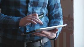 Tableta del uso del hombre para las compras en línea metrajes