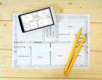 Tableta, dibujos y lápices en un de madera Foto de archivo
