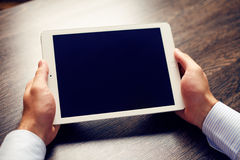 Tableta digital blanca en la tabla Fotos de archivo libres de regalías