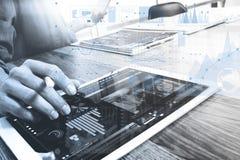Tableta digital conmovedora de la mano del hombre de negocios Encargado w de las finanzas de la foto Foto de archivo