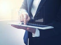 Tableta digital conmovedora de la mujer de negocios Foto de archivo